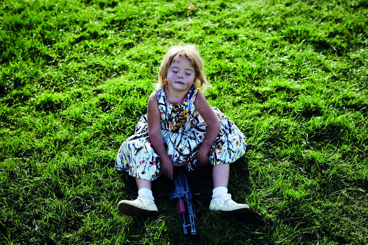 Appleby, United Kingdom, June 2016 - Appleby Horse Fair. Israel with her toy gun. ><  Appleby, Regno Unito, giugno 2016 - Appleby Horse Fair. Israel con la sua pistola giocattolo. *** Local Caption ***