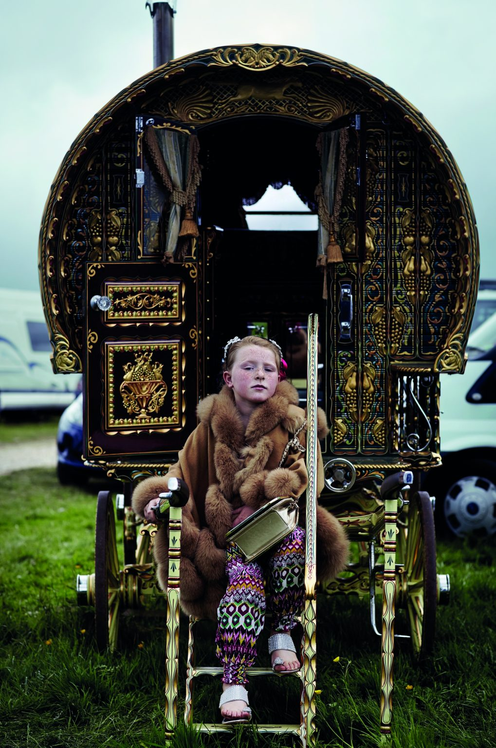 Appleby, United Kingdom, June 2015 - Appleby Horse Fair. Mary Connors sitting by an old traditional caravan. ><  Appleby, Regno Unito, giugno 2015 - Appleby Horse Fair. Mary Connors seduta sulla scaletta di una carrozza tradizionale. *** Local Caption ***