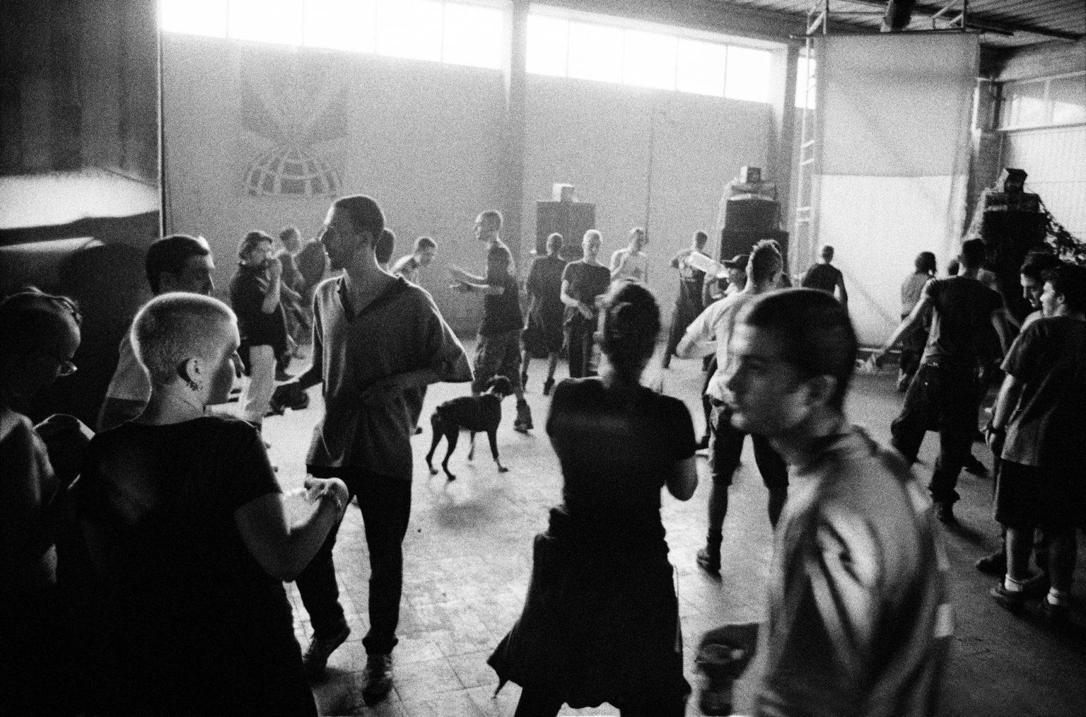Bologna, 1997 - Summer rave party in an abandoned factory in Via Mazzini. This emilian city has always been on the foreground of the italian underground scene, since the punk invasion of the late 70s. >< Bologna, 1997 - Rave party estivo in una fabbrica abbandonata in Via Mazzini. La città emiliana è sempre stata in primo piano nella scena underground italiana, sin dall'invasione punk di fine anni '70.