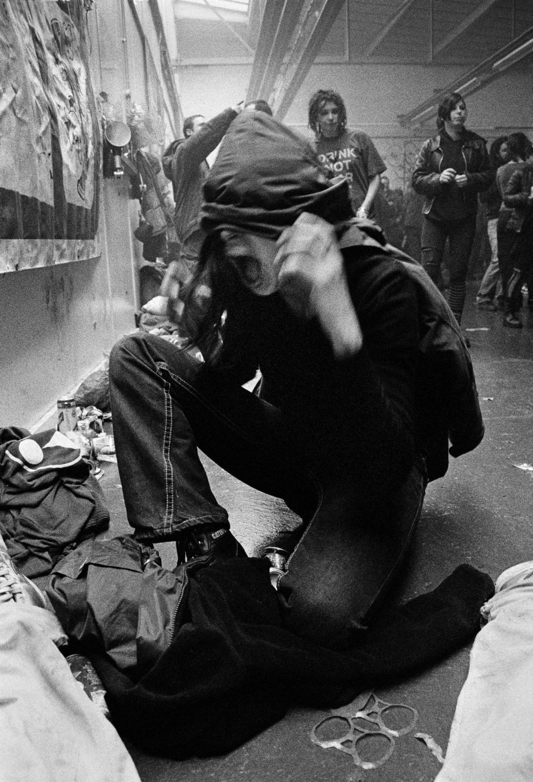 London, 2003 - R. having fun at a squat party in Shoreditch. >< Londra, 2003 - R. si diverte ad uno squat party a Shoreditch.