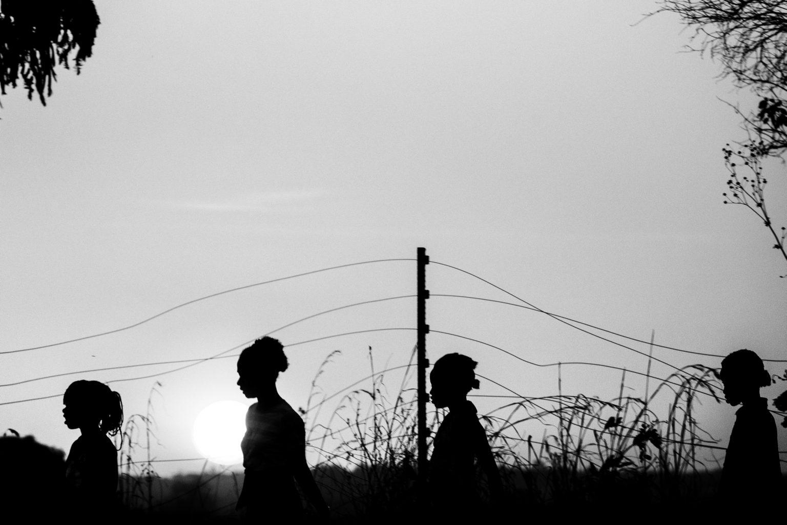 il fine settimana in un campo nelle vicinanze del centro si sfidano squadre provenienti da piccole comunità dei dintorni.