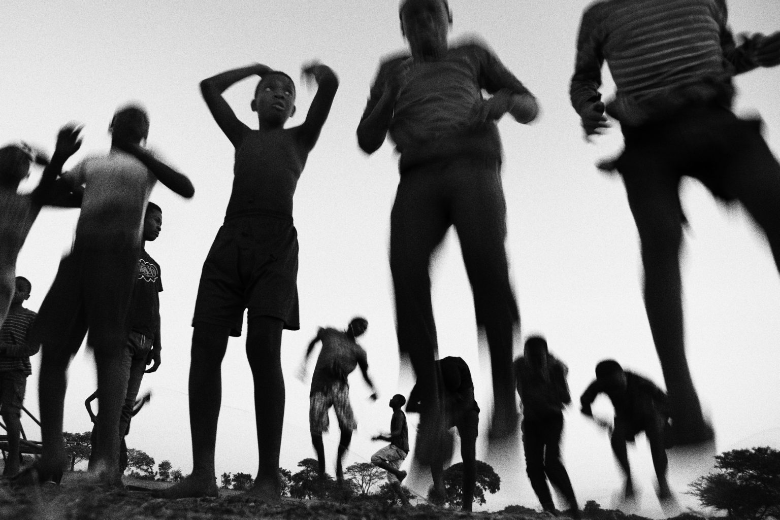 ragazzi di Mthunzi provano esercizi di acrobatica