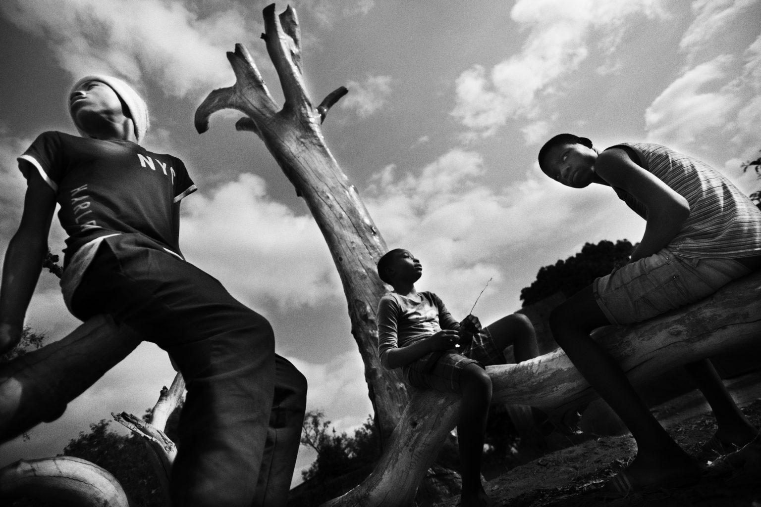 ragazzi di Mthunzi nel giardino del centro