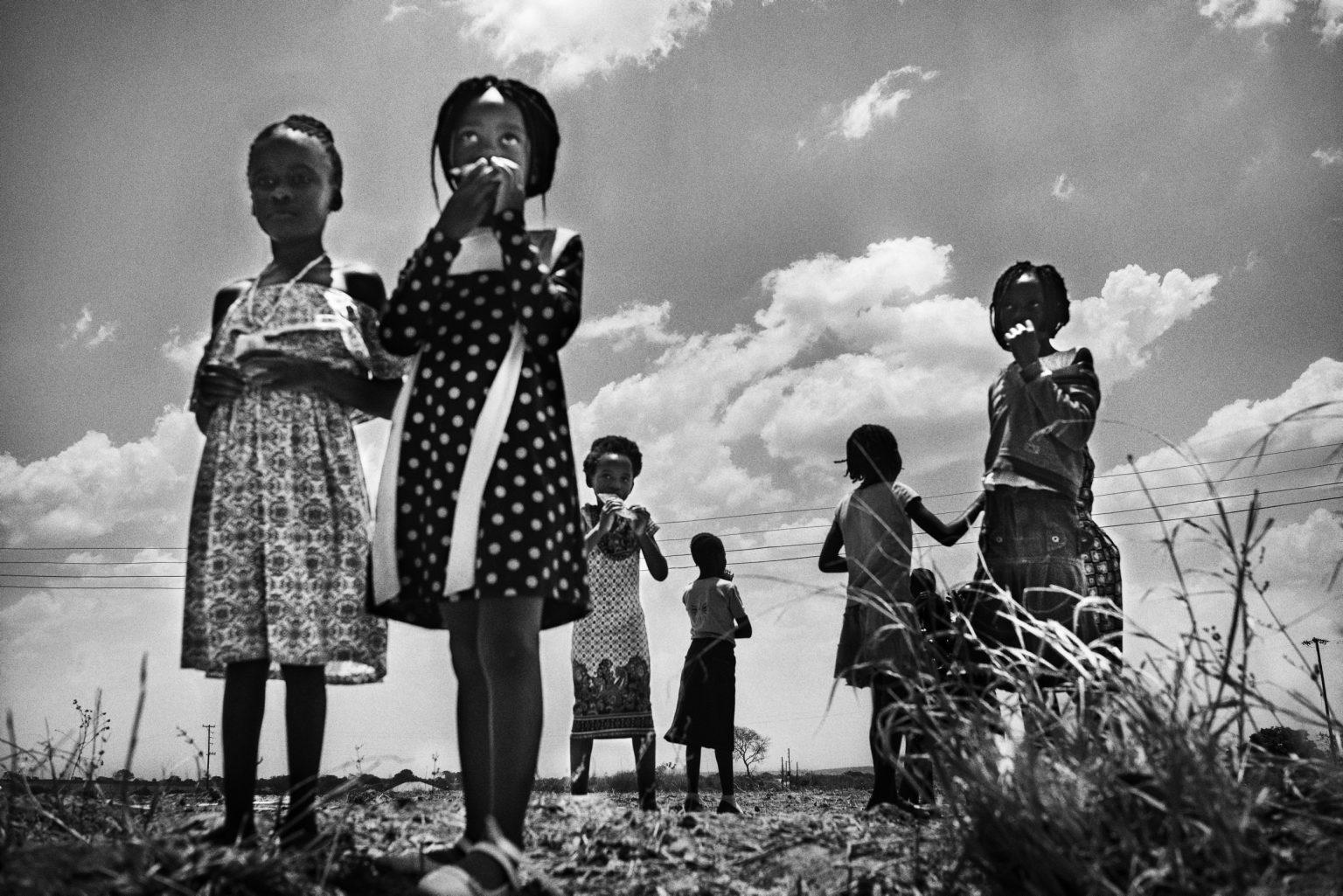 alcune bambine, dopo la messa, escono dalla chiesa cattolica di Tubalange, nelle vicinanze di Mthunzi e frequentata dai ragazzi dalla comunità stessa.