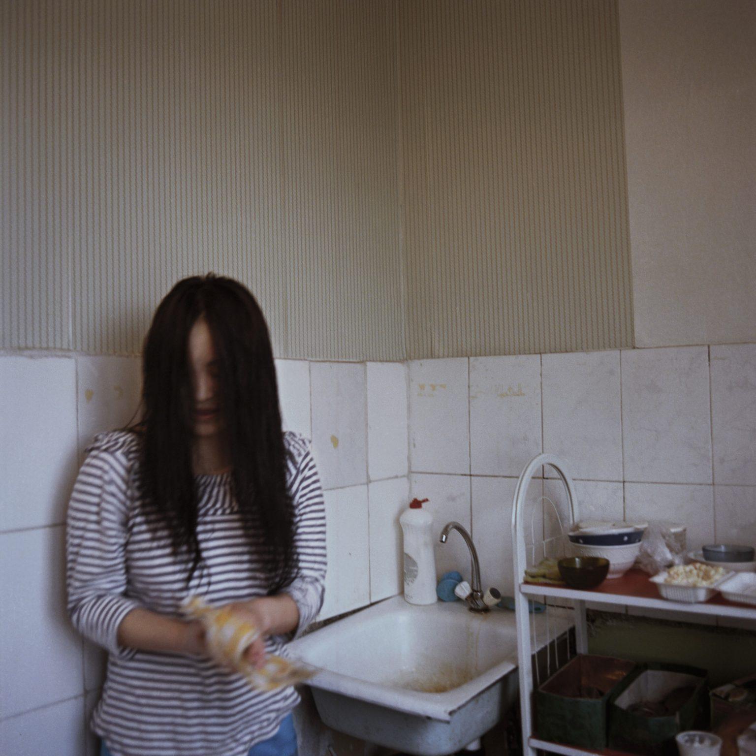 Mongolia, Ulaanbatar, novembre 2013 >< Zaya, studentessa universtitaria nella sua abitazione nel 3 distretto di ulaanbaatar