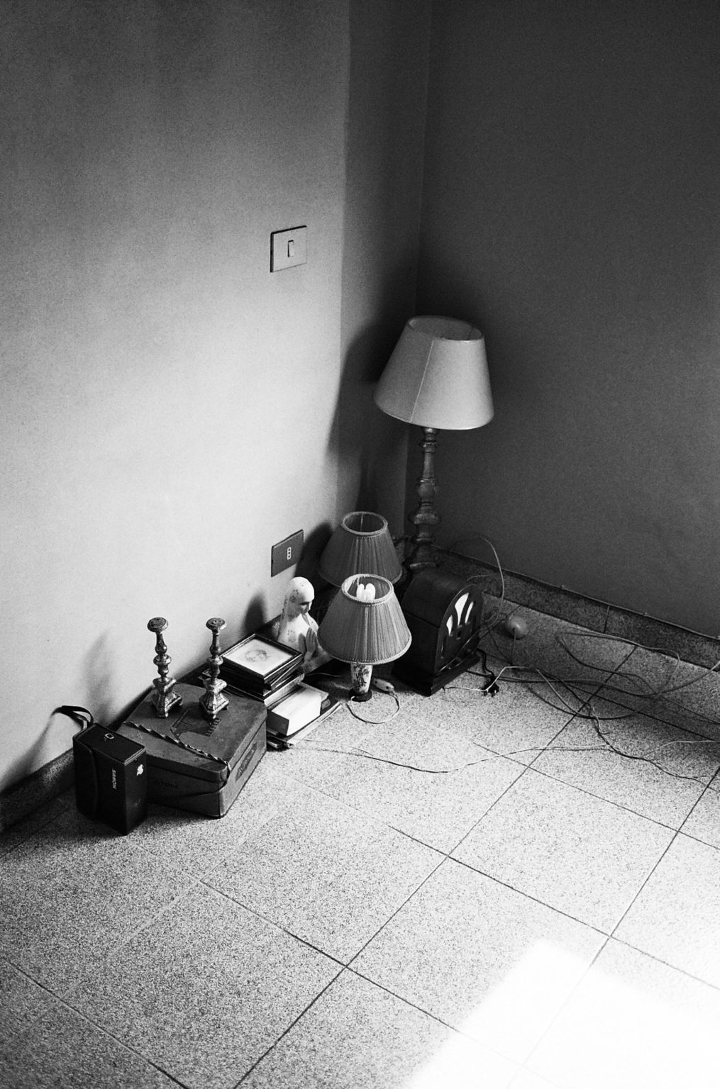 """Rome, 2011- """"Rome Diary"""" ( Rome 2007-2020)  is a long-term research that documents the city of Rome through stories of places and people. An investigation into different worlds, in a society where relationships, loneliness, abuse, love, nightlife, music and artists are explored, and finally the relationship between people and cities.Objects inside a moving house. >< Roma, 2011 -Rome Diary Rome (2007-2020) è una ricerca a lungo termine che documenta la città di Roma attraverso storie di luoghi e  di persone. Un'indagine in mondi diversi, in una società in cui si esplorano le relazioni, la solitudine, gli abusi, l'amore, la vita notturna , la musica e gli artisti, ed infine il rapporto tra persone e città. Alcuni oggetti in una casa privata durante un trasloco."""
