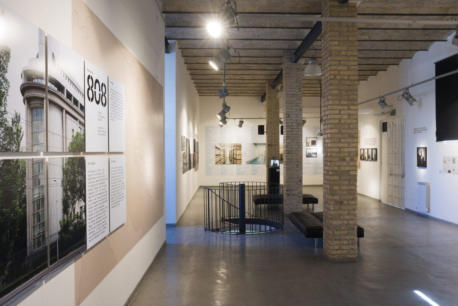 """Officine Fotografiche Roma. Mostra """"Resolution 808. Inside the Yugoslavia tribunal"""" di Martino Lombezzi e Jorie Horsthuis."""