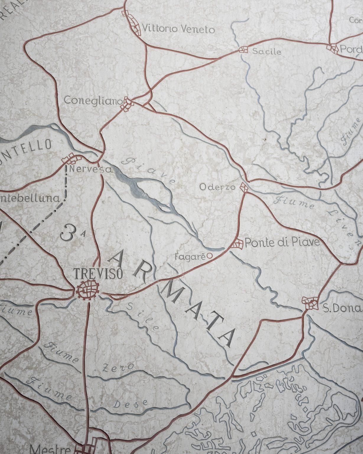 La leggenda del Piave. Fagarè della Battaglia (TV), sacrario militare. Una mappa del territorio del fiume Piave e della disposizione delle armate sulle sue sponde.