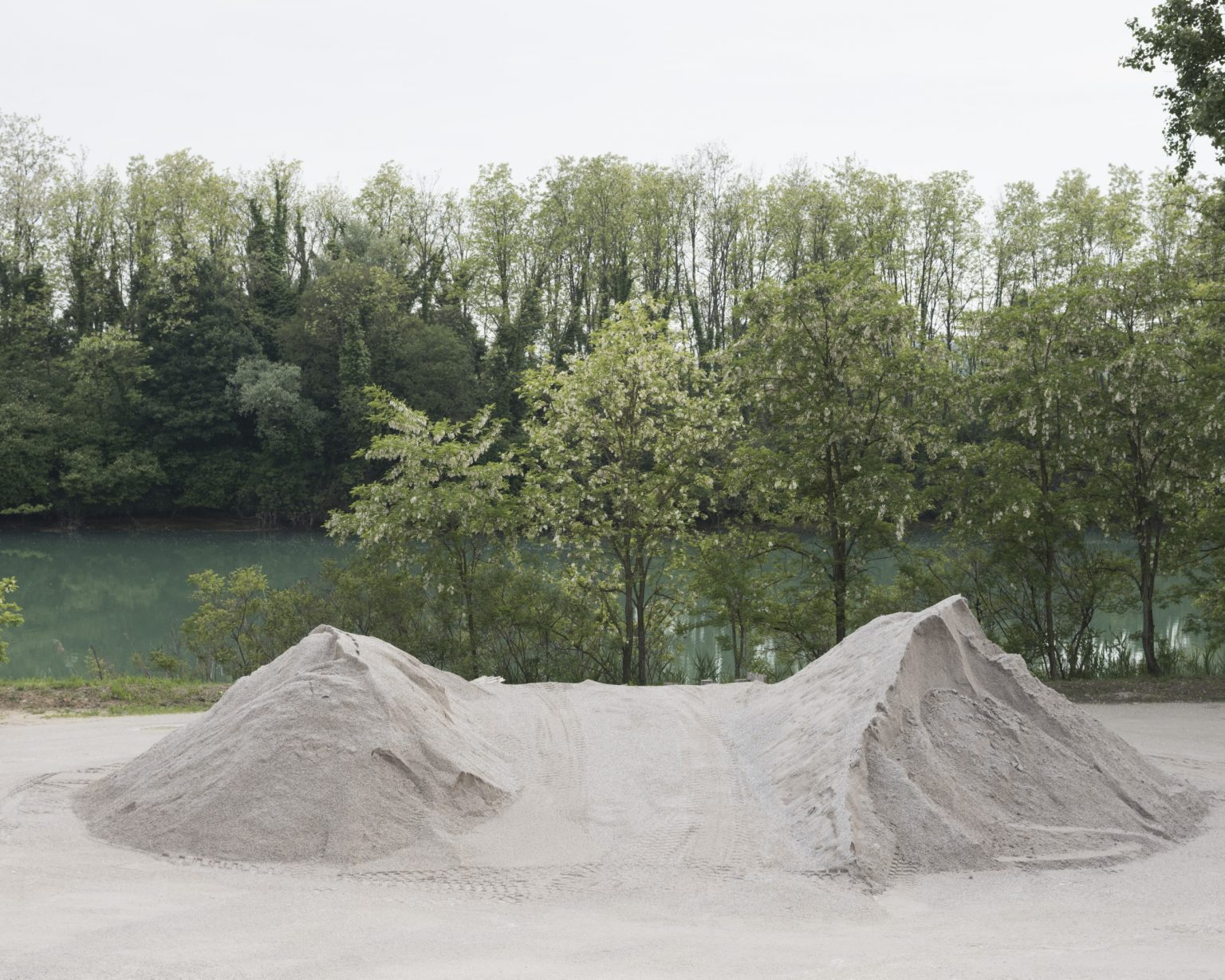 La leggenda del Piave. Mucchio di sabbia su una sponda presso Eraclea.