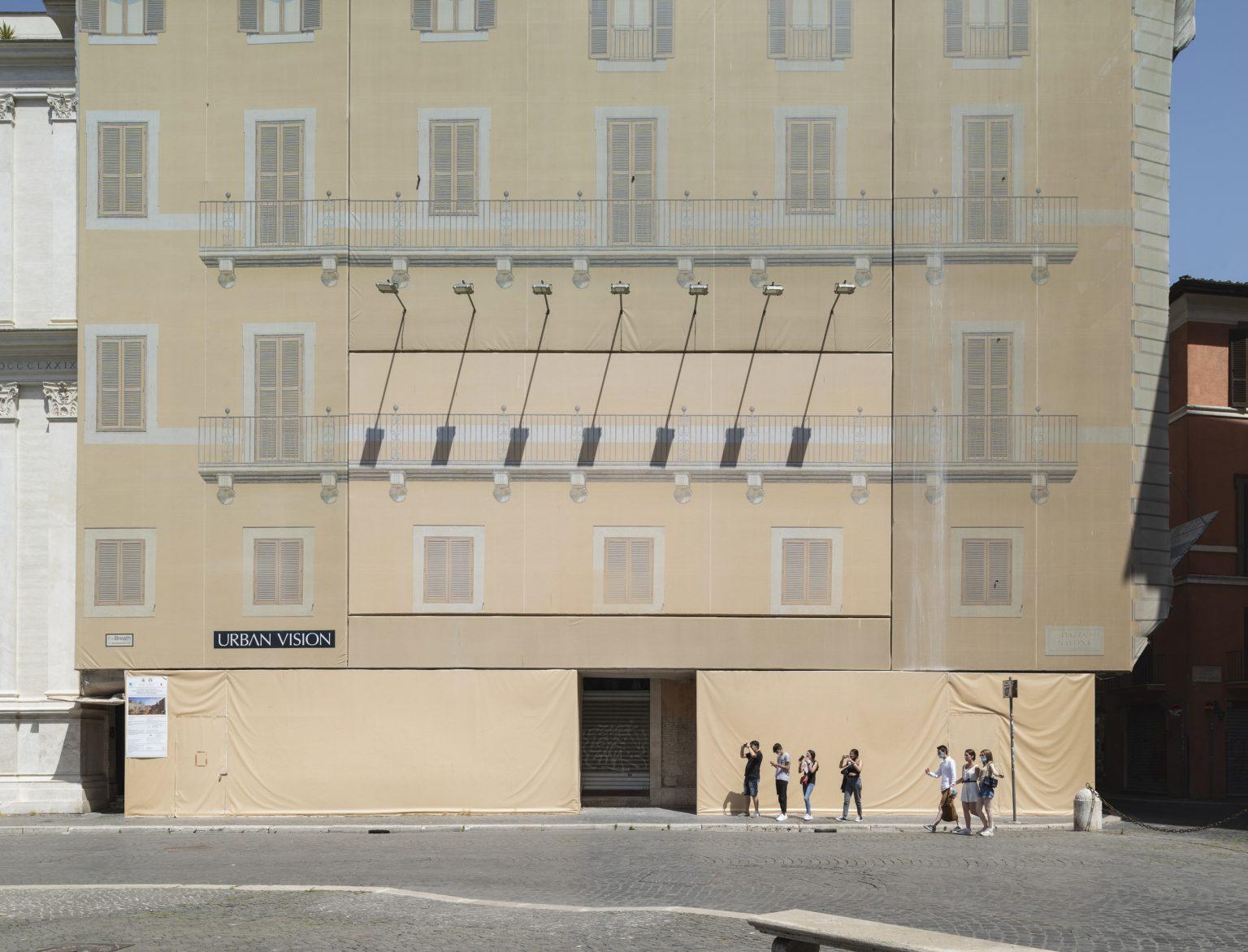Italy, Rome, June 2021: young tourists at Puazza Navona. / Italia, Roma, Giugno 2021: giovani turisti in visita a Puazza Navona.
